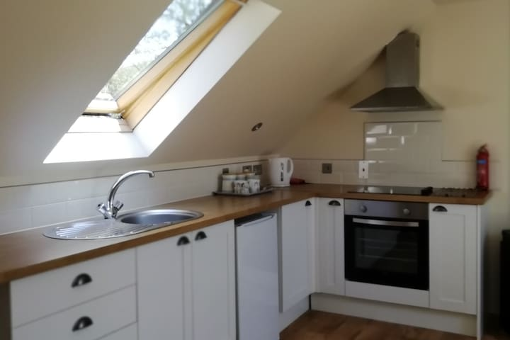 Open plan kitchen, kettle , electric hob, oven , tea coffee and sugar provided .