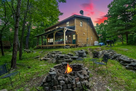 Cabin in the Forest - Awesome Fireplace - Hot Tub