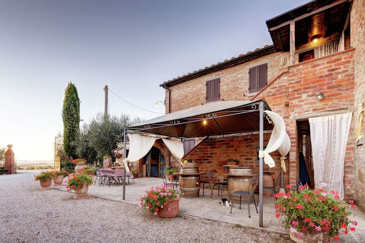 Villa with private pool in the heart of the Tuscan countryside near Cortona