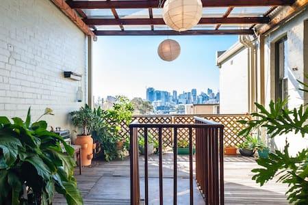 Bohemian apartment with a million dollar view! - Glebe - Apartment