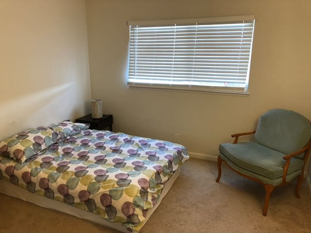 Union City Royal Ann Dr, Room 2
