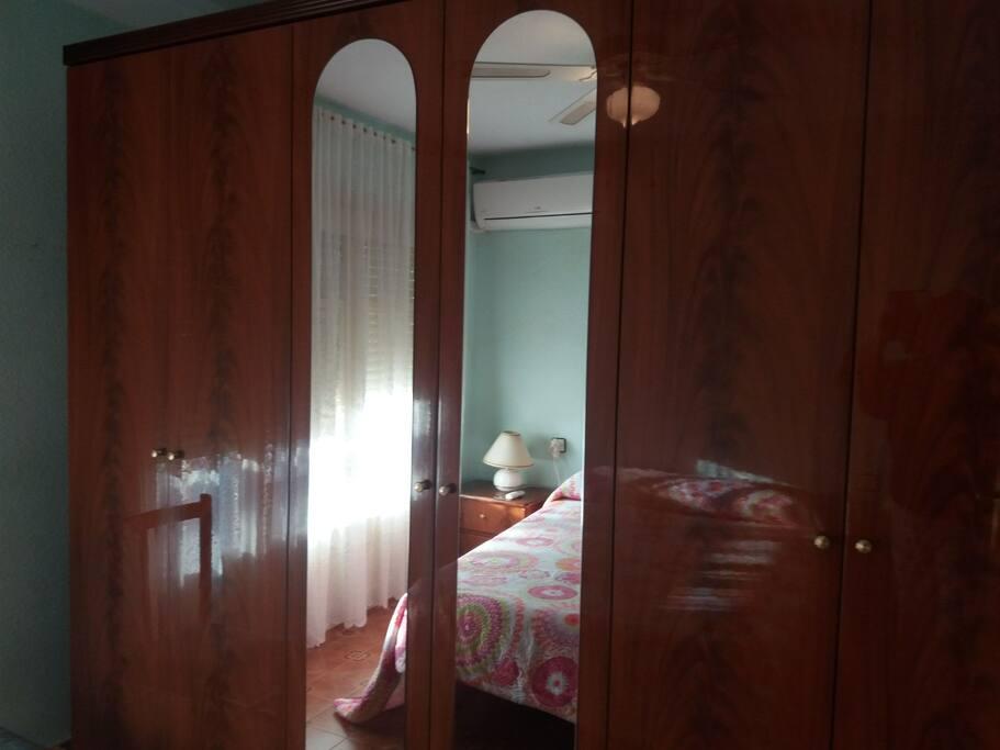 Armario grande en habitacion con balcón