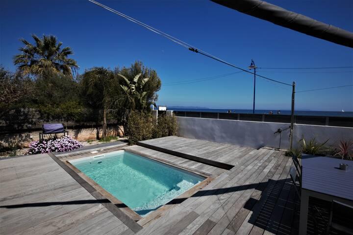 Villa L'AYGUADE. Accès direct à la mer. Piscine.