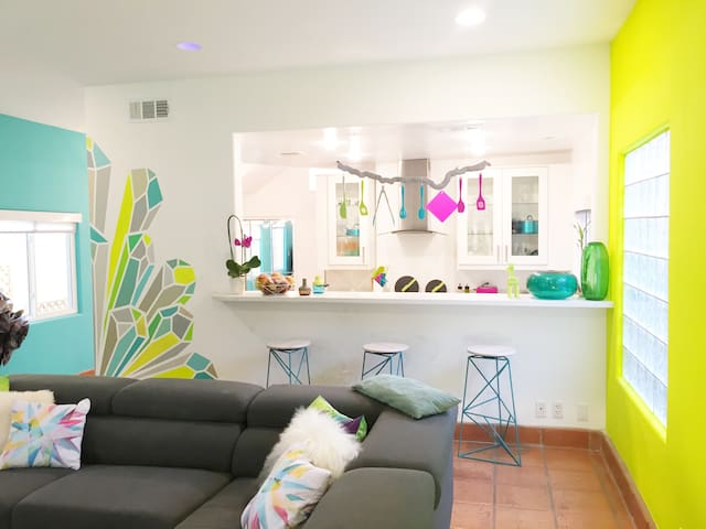 Colorful Modern Home w/ Jacuzzi Private Room - Los Angeles - Casa