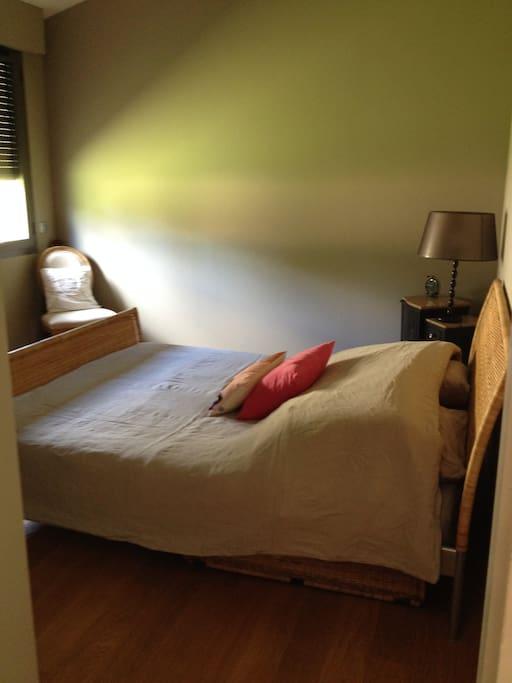 chambre dans maison au milieu d 39 une clairi re maisons louer coim res aquitaine limousin. Black Bedroom Furniture Sets. Home Design Ideas