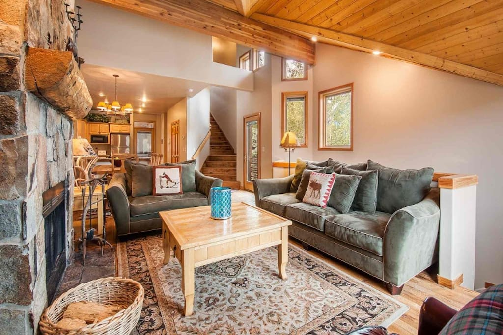 This immaculate mountain Park City home features 5 bedrooms, 5 bathrooms, gourmet kitchen, private hot tub, hardwood floors, HDTV's and more.