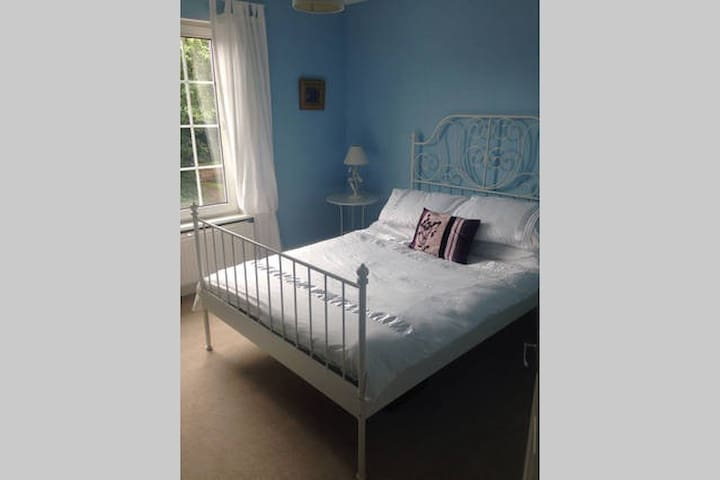 2 Double Rooms in a well presented house