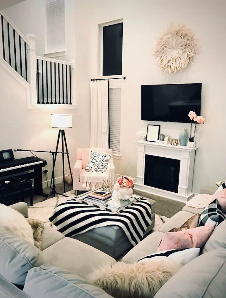 Cute & Super CLEAN townhome!  Book now for a deal!