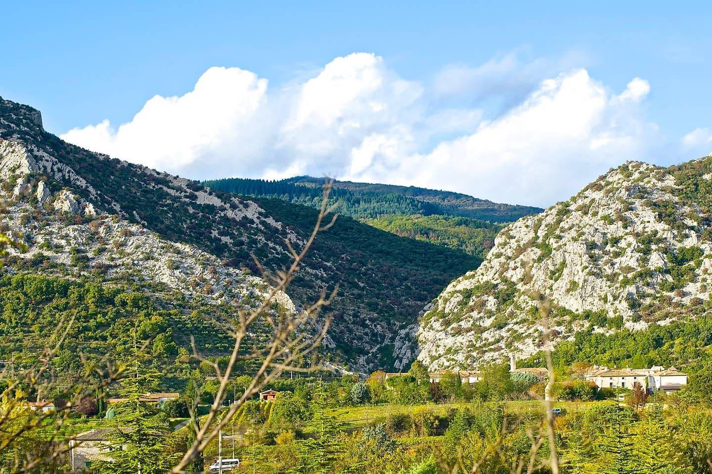 Vue d'ensemble du village avec les Gorges de l'Argentesse en fond.