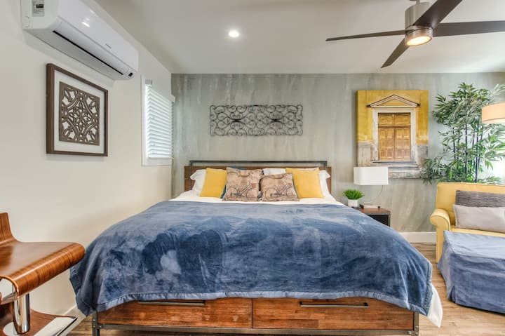 4K TV - King Bed - Walk to Downtown