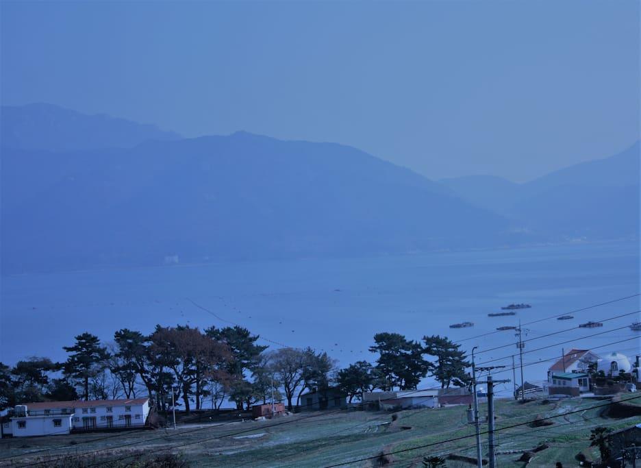 창문을 열면 앵강만의 호수 같은 바다와 금산이 마주하고 있습니다.