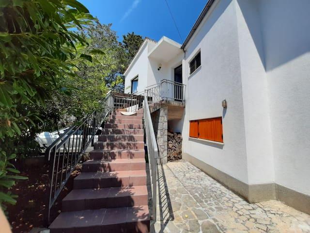 Apartman u kući s okućnicom s mediteranskim biljem