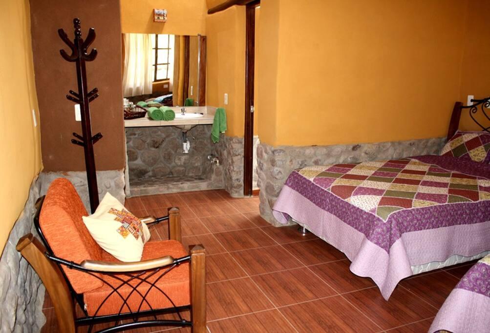 habitacion con techo alto y estucado con arcilla color mostaza.