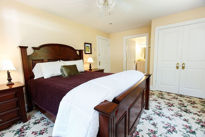 Snow Dove Suite-Romantic Charm at Feather Hill