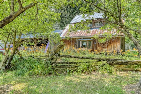 NEW LISTING! Dog-friendly secluded cabin w/private gas grill & beach access