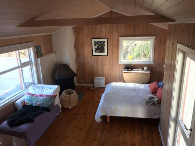 Soverom med dobbeltseng, kombinert ekstra stue
