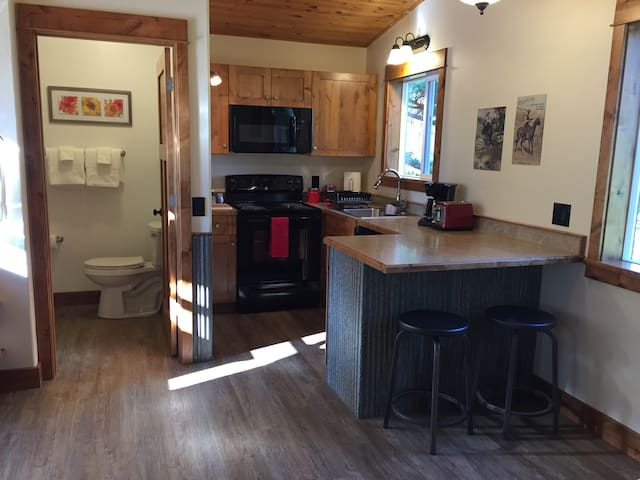 Homey Cabin Close to Glacier National Park - Columbia Falls - Cabaña