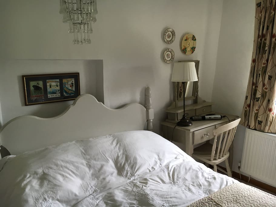 This is the double bedroom available on Airbnb