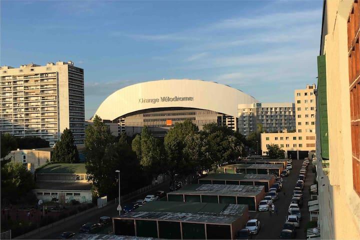 Appartement à 2 pas du Stade Vélodrome, du Palais des Congrès , du Palais des Sports . Commerces de proximité et accessibilité en Bus et Métro