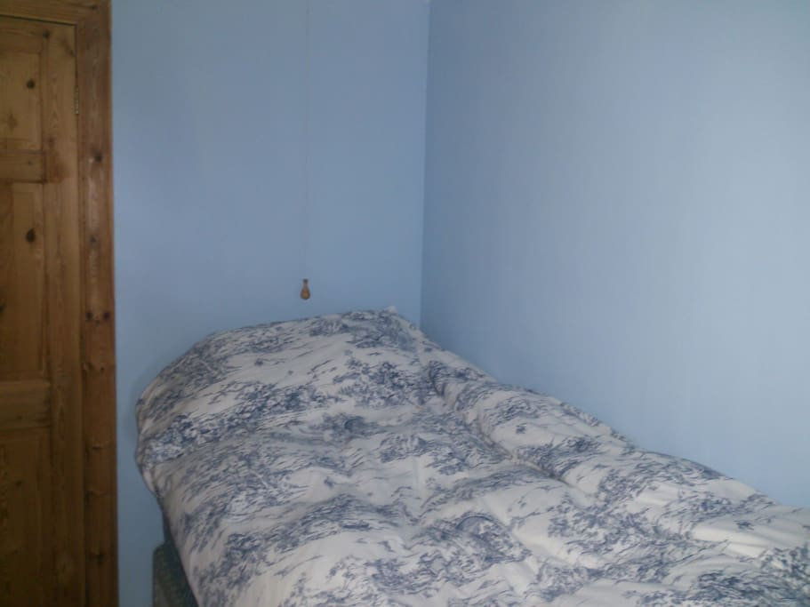 Adjoining single bedroom with wc