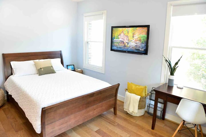 Downtown Smart Room with Private Entrance
