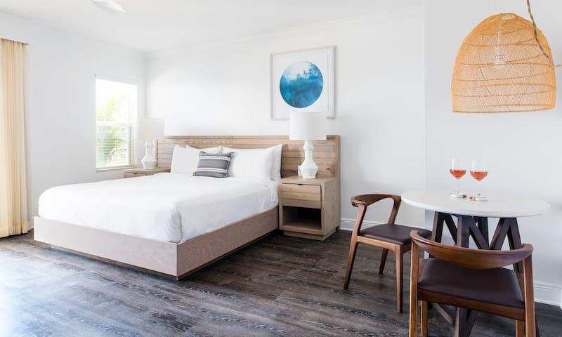 Parrot Key, Garden 2 Bedroom Suite w/ Living Room