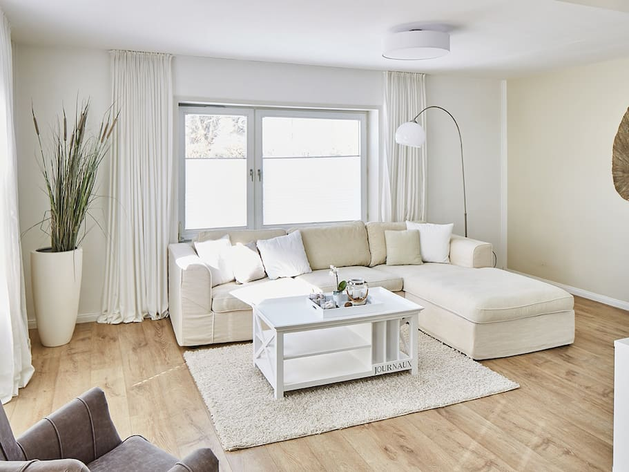 Das Wohnzimmer mit gemütlicher Sofaecke,  Zugang zur Terrasse und schöner Einrichtung.