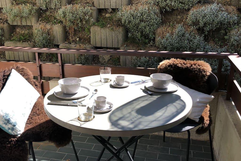 Essmöglichkeit auf dem Balkon mit Zugang in den Garten