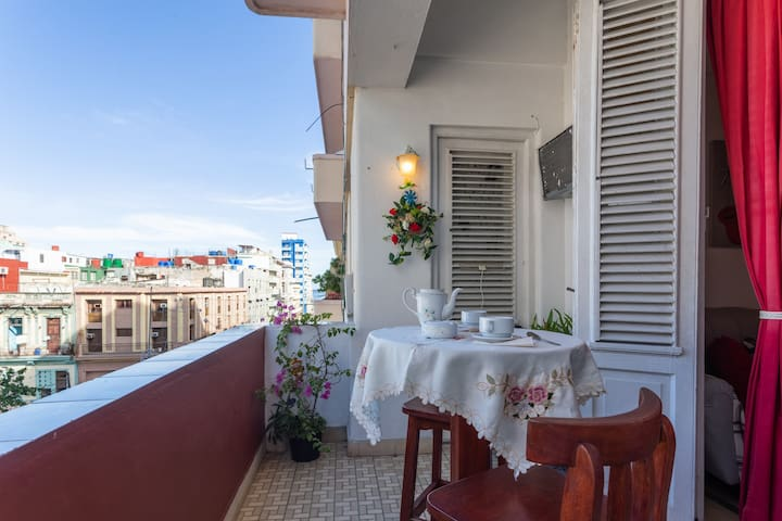 Apt in Downtown Havana - 300m Malecon Waterfront