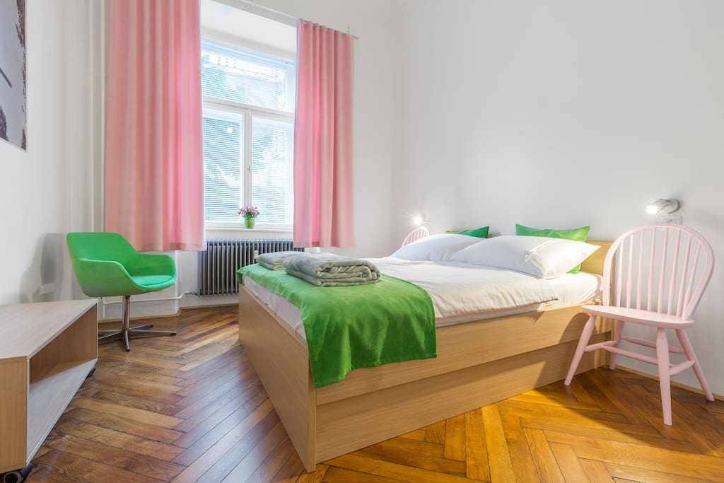 Green pink room for two plus one person. Good mattresses, quality linens. Pillows and duvets of natural materials. Powerful reading lights.