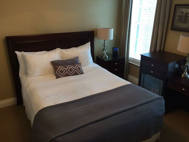 Deluxe Queen Bedroom - Steps From Main Street