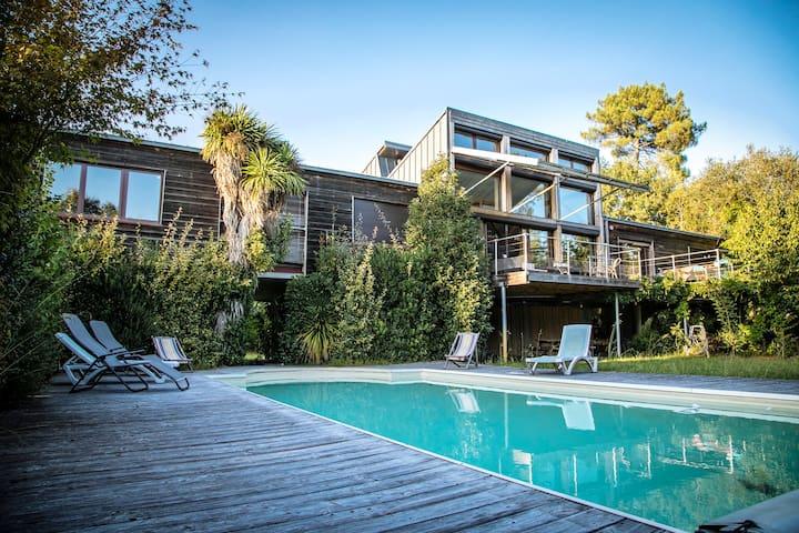 chambre privée dans grande villa avec piscine