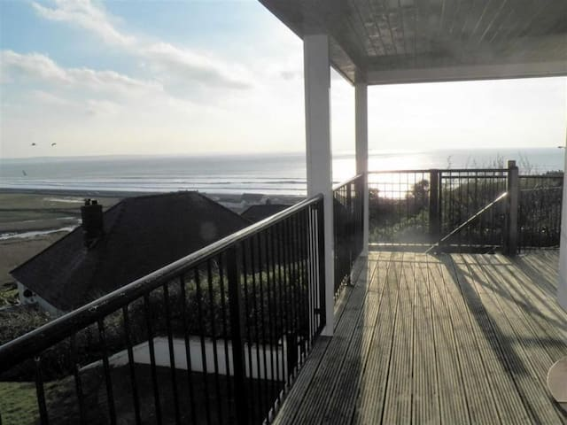 Delightful Beach House - Spectacular Sea Views!