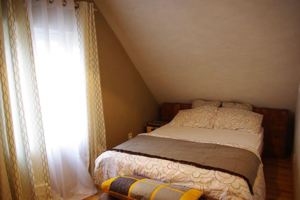 Chambre spacieuse avec lit 2 personnes
