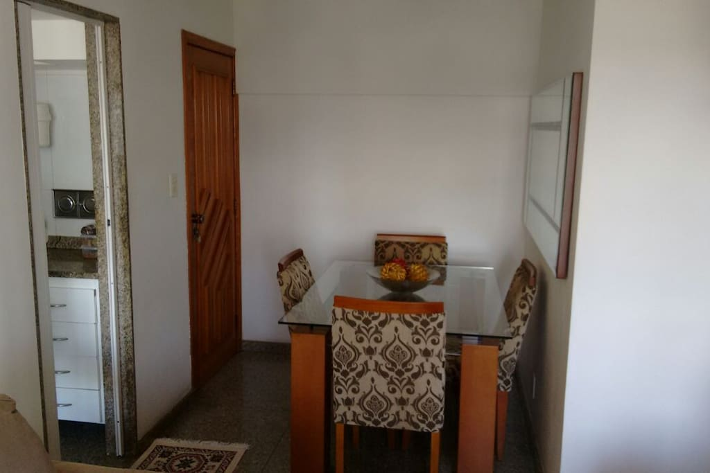 Entrada principal, messa da sala e porta de acesso à cozinha