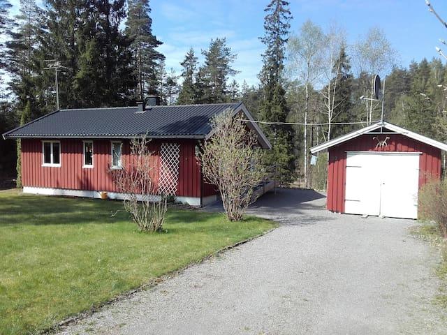Garaget med tillhörande förråd ingår ej men det är fri parkering på uppfarten.