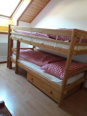 Chambre avec lits superposés/double deck beds room