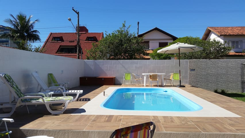 Casa com piscina 200 metros da praia