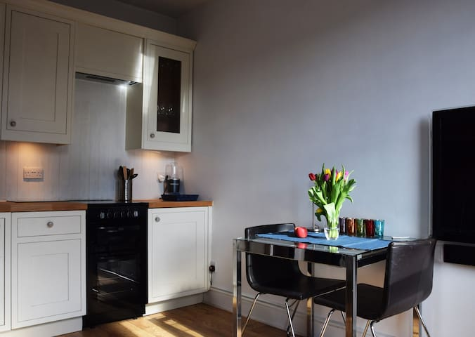 Lovely, Bright, Cozy flat next to river in Putney