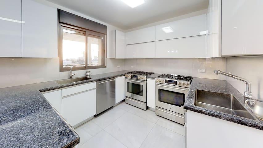 Upscale four bedroom apartment in Tnuva
