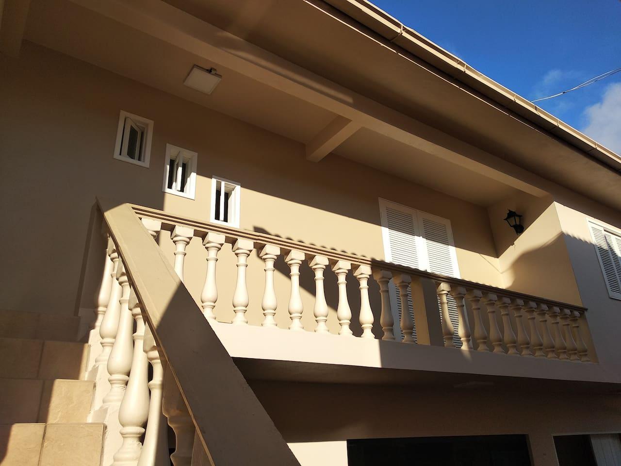 Casa Edícula. No piso inferior está localizada a área social. Entrada do imóvel independente.