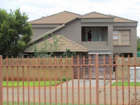 Mmalichaba Guest House Room 1