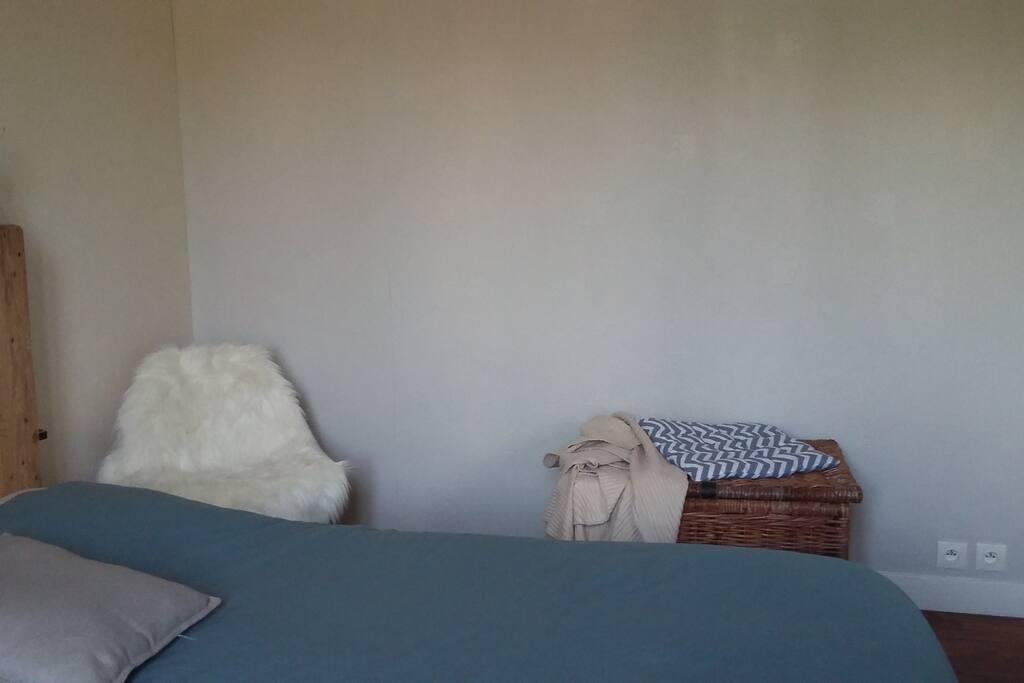 Grande pièce, capable d'accueillir un lit d'appoint à la place de la chaise et du coffre (sur demande)
