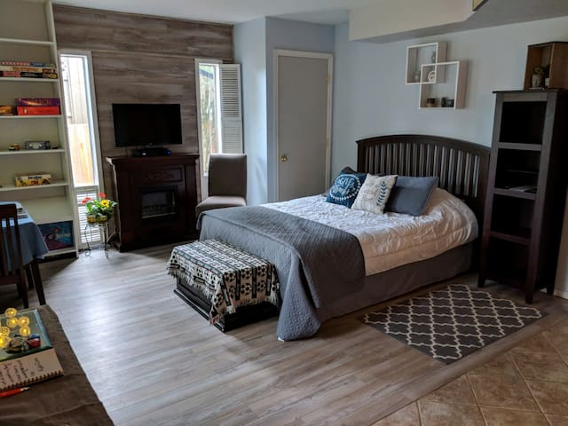 Suite w/Kitchen, Private Entrance-3 Min to I-5 Fwy