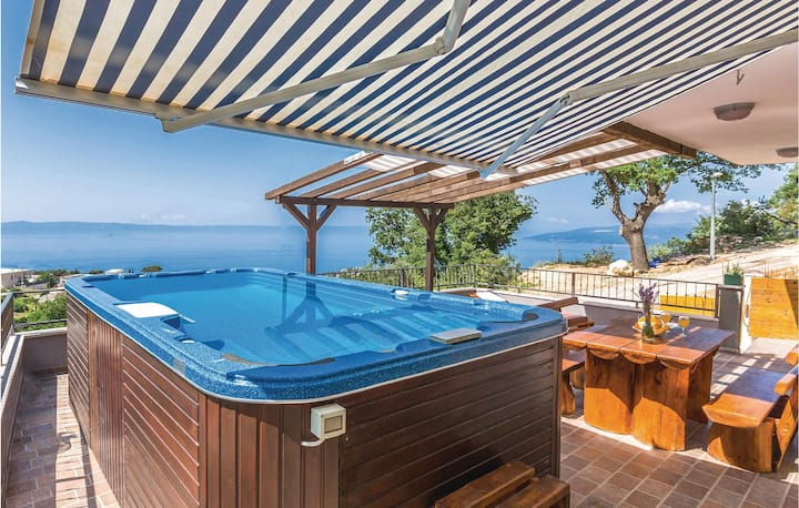 Awesome home in Makarska with Jacuzzi, WiFi and 3 Bedrooms