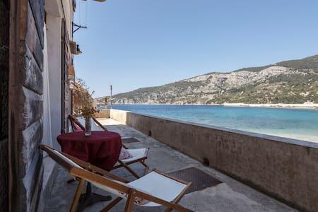 Charming studio beach apartment - Komiža - Huoneisto