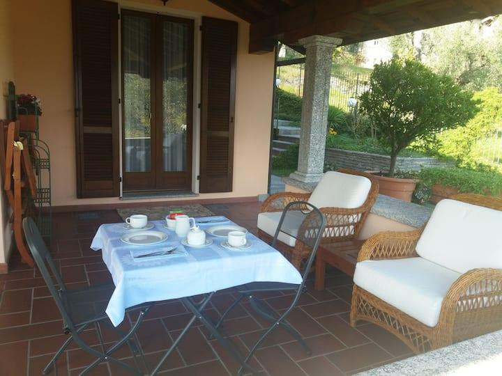 Camera con bagno,  portico e zona colazione.