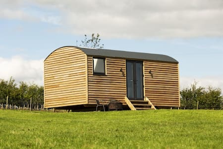 Luxury Shepherds Hut with stunning reservoir views