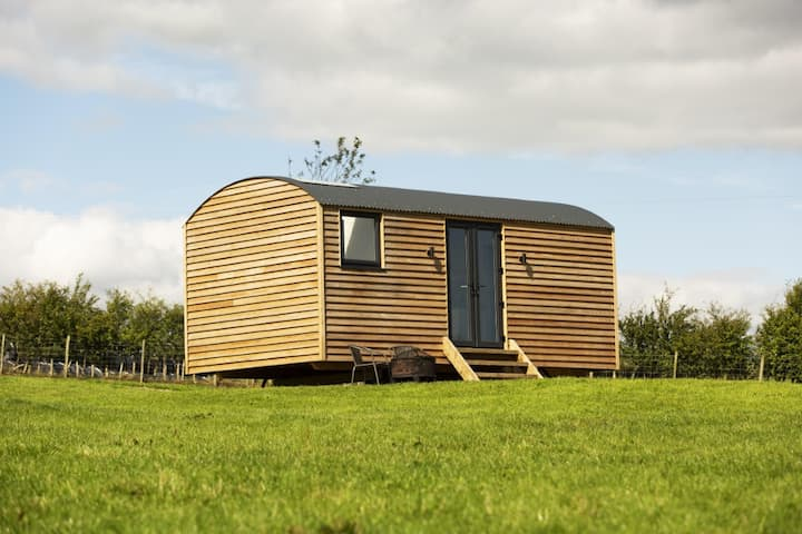 Luxury Shepherds Hut with stunning reservoir views