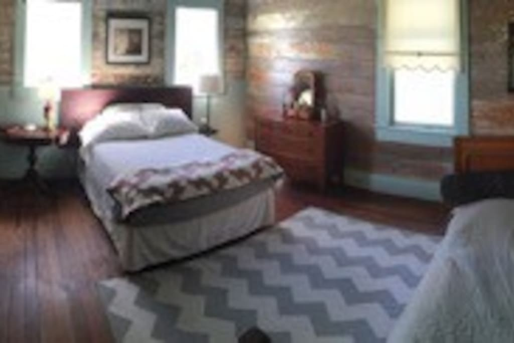 """""""Rustic"""" room w/ double bed and twin daybed"""